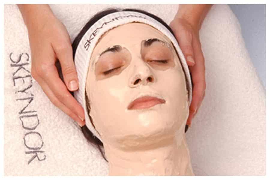 masaje facial con mascarilla